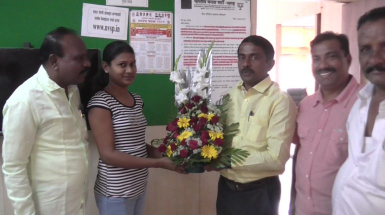 CIDCO Chairman Prashant Thankur felicitates city girl for coming 6th in the Sub-inspector post exams