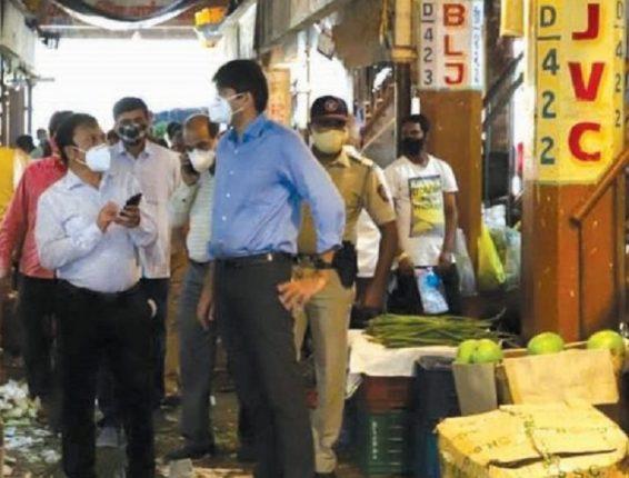 NMMC commissioner Abhijt Bangar, pays surprise visit to APMC